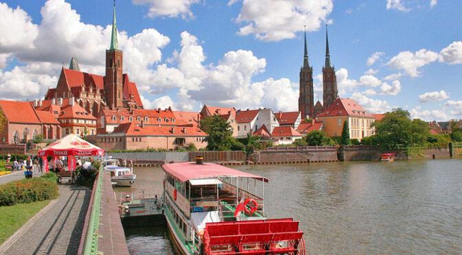 Panorámica de la zona antigua de Wroclaw desde el río Odra con la Catedral de San Juan Bautista al fondo (Wroclaw, Polonia)